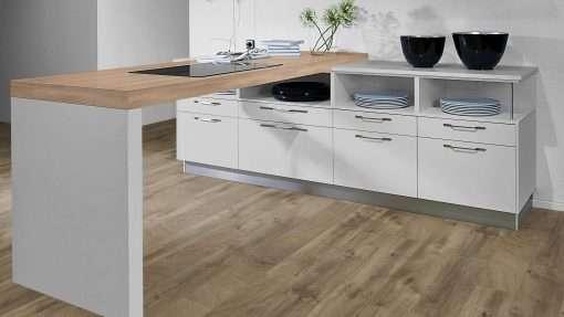Cocina con suelo laminado Kaindl Roble Fresco Bark K4382-10