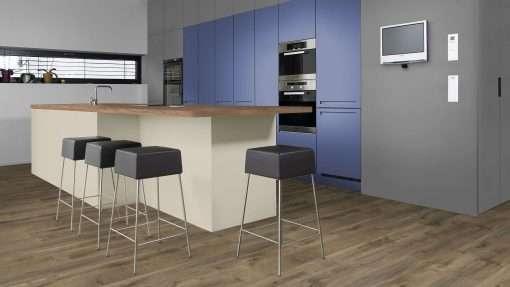 Cocina con suelo laminado Kaindl Roble Fresco Bark K4382-8