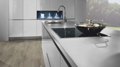 Cocina con suelo laminado Kaindl Roble Pleno K4350-13