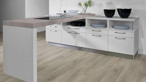 Cocina con suelo laminado Kaindl Roble Pleno K4350-15