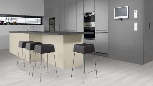 Cocina con suelo laminado Kaindl Roble Trillo 35953 (1)