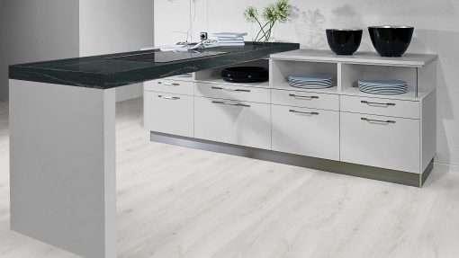 Cocina con suelo laminado Kaindl Roble Trillo 35953 (3)