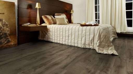 Dormitorio con suelo laminado Kaindl Roble Fresco Bark K4382-3