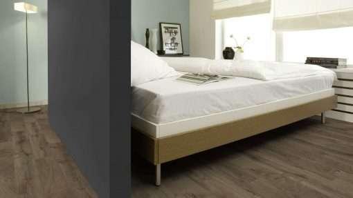 Dormitorio con suelo laminado Kaindl Roble Fresco Bark K4382-4