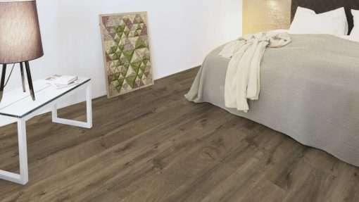 Dormitorio con suelo laminado Kaindl Roble Fresco Bark K4382-5