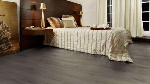 Dormitorio con suelo laminado Kaindl Roble Pleno K4350-7