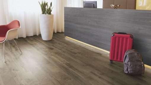 Oficina con suelo laminado Kaindl Roble Fresco Bark K4382-2