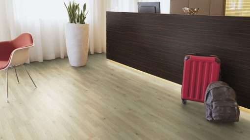 Oficina con suelo laminado Kaindl Roble Trevi 37528 (1)