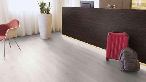 Oficina con suelo laminado Kaindl Roble Trillo 35953 (1)
