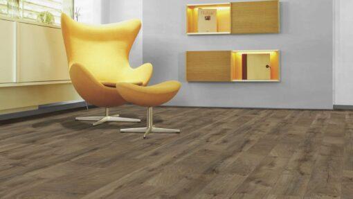 Sala con suelo laminado Kaindl Roble Fresco Bark K4382-6