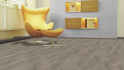 Sala con suelo laminado Kaindl Roble Pleno K4350-10