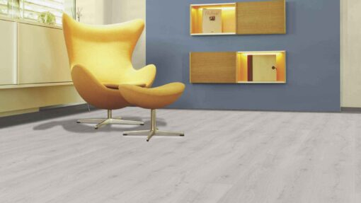 Sala con suelo laminado Kaindl Roble Trillo 35953 (1)