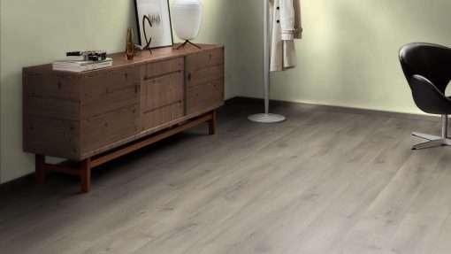 Salon con suelo laminado Kaindl Roble Pleno K4350-1