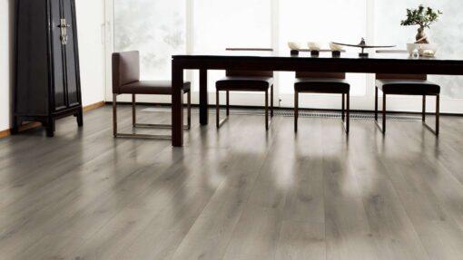 Salon con suelo laminado Kaindl Roble Pleno K4350-16