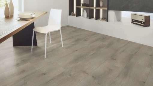 Salon con suelo laminado Kaindl Roble Pleno K4350-17