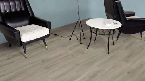 Salon con suelo laminado Kaindl Roble Pleno K4350-18