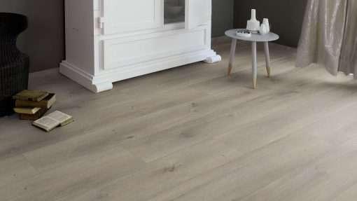 Salon con suelo laminado Kaindl Roble Pleno K4350-19