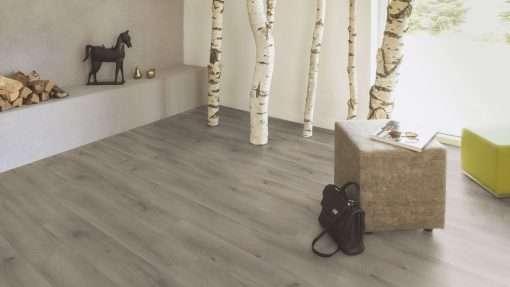 Salon con suelo laminado Kaindl Roble Pleno K4350-2