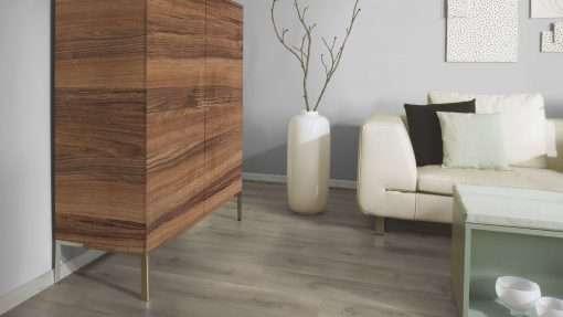 Salon con suelo laminado Kaindl Roble Pleno K4350-20