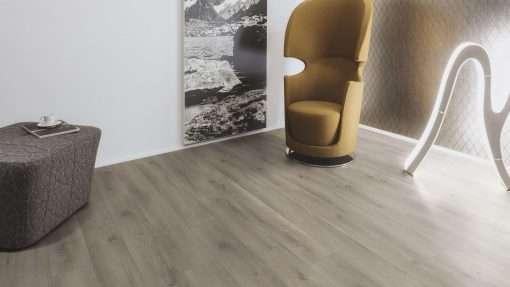 Salon con suelo laminado Kaindl Roble Pleno K4350-3