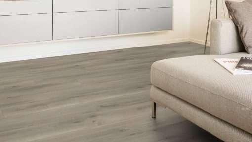 Salon con suelo laminado Kaindl Roble Pleno K4350-4