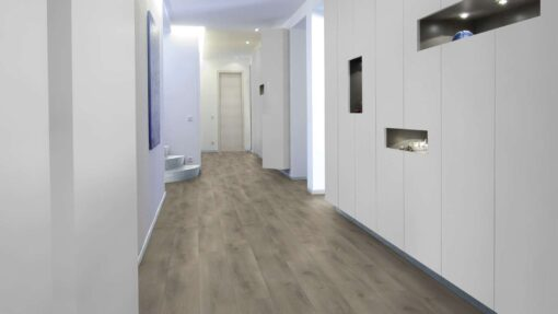 Salon con suelo laminado Kaindl Roble Pleno K4350-5