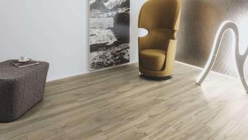 Salon con suelo laminado Kaindl Roble Tortona 37663 (5)