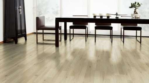 Salon con suelo laminado Kaindl Roble Trevi 37528 (1)