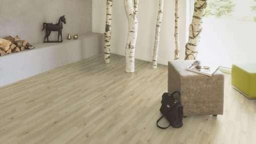 Salon con suelo laminado Kaindl Roble Trevi 37528 (12)