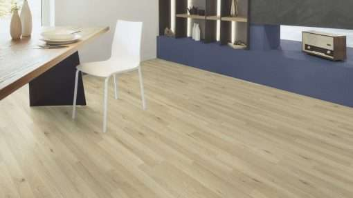 Salon con suelo laminado Kaindl Roble Trevi 37528 (2)
