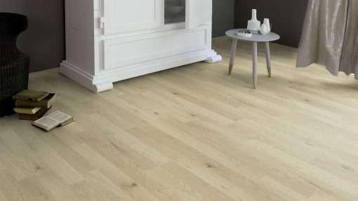 Salon con suelo laminado Kaindl Roble Trevi 37528 (3)