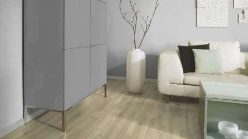 Salon con suelo laminado Kaindl Roble Trevi 37528 (4)