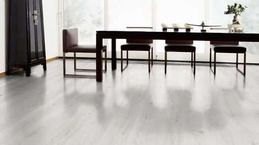 Salon con suelo laminado Kaindl Roble Trillo 35953 (1)