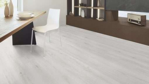 Salon con suelo laminado Kaindl Roble Trillo 35953 (2)